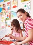 Pintura da criança com o professor no pré-escolar. Imagem de Stock Royalty Free