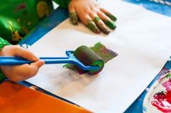 Pintura da criança com rolo Imagens de Stock