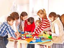 Pintura da criança na escola de arte. fotos de stock
