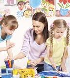 Pintura da criança no pré-escolar. Fotos de Stock Royalty Free