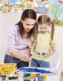 Pintura da criança no pré-escolar. Fotografia de Stock