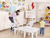 Pintura da criança no pré-escolar. Fotos de Stock