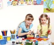 Pintura da criança no pré-escolar. Foto de Stock