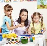 Pintura da criança no pré-escolar. Foto de Stock Royalty Free