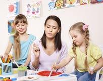 Pintura da criança no pré-escolar. Fotografia de Stock Royalty Free