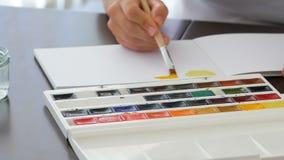 Pintura da mão com aquarela vídeos de arquivo