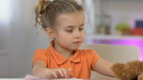Pintura da menina e imagem doces mostrar para brincar o urso de peluche, jogando filme