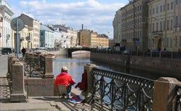 Pintura da menina em St Petersburg imagem de stock