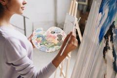 Pintura da mulher elegante em Art Studio Imagens de Stock Royalty Free