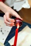 Pintura da Páscoa Ovos da páscoa pintados com cera Uma pintura original imagens de stock
