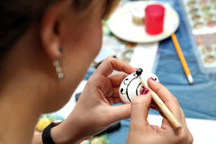 Pintura da Páscoa Ovos da páscoa pintados com cera Uma pintura original fotografia de stock royalty free