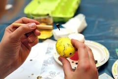 Pintura da Páscoa Ovos da páscoa pintados com cera Uma pintura original Foto de Stock