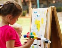 Pintura das crianças do pré-escolar Foto de Stock