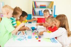 Pintura das crianças em idade pré-escolar Imagem de Stock