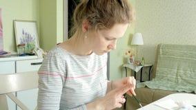 Pintura das mulheres adultas com pinturas coloridas da aquarela em um estúdio home