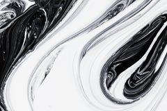 Pintura de óleo mineral abstrata do fundo, a branca e a preta na água Foto de Stock Royalty Free