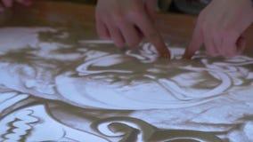 Pintura de areia Fundo feito à mão abstrato Animação da areia A mão da mulher tira com areia vídeos de arquivo