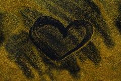Pintura de arena El corazón de oro del brillo se separó en fondo negro, abstracto Imagenes de archivo