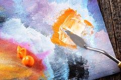Pintura de Aristic y cuchillo de masilla Imagen de archivo libre de regalías