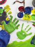 Pintura de dedo da mão do menino na classe fotografia de stock royalty free