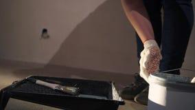 Pintura de derramamento da cubeta no canteiro de obras vídeos de arquivo