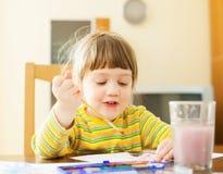 Pintura de dos años del niño con la acuarela Imagenes de archivo