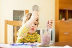 Pintura de dos años del niño con la acuarela Imagen de archivo