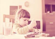 Pintura de dos años reservada del niño con la acuarela Foto de archivo libre de regalías