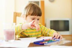 Pintura de dos años tranquila del niño en el papel Fotografía de archivo libre de regalías