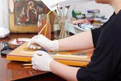 Pintura de Iconographer del icono cristiano Foto de archivo libre de regalías