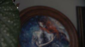 Pintura de la acuarela en un marco de madera redondo en un estante Plantas verdes en fondo Estudio de Bohemia Fantasía del surrea almacen de metraje de vídeo