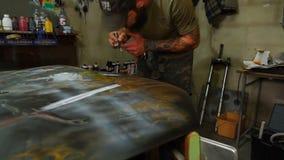 Pintura de la aerografía del taller de la carrocería almacen de metraje de vídeo