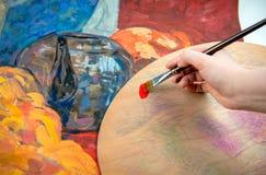 Pintura de la mano con el cepillo Imagenes de archivo