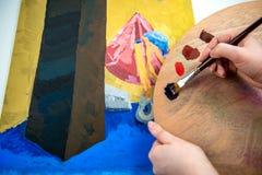 Pintura de la mano con el cepillo Foto de archivo