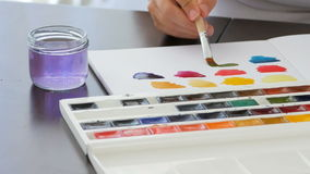 Pintura de la mano con la acuarela metrajes