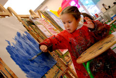 Pintura de la muchacha con un cepillo Fotografía de archivo