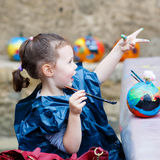 Pintura de la muchacha del niño con colores en la calabaza Fotografía de archivo