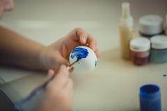 Pintura de la muchacha en el huevo de Pascua Fotografía de archivo libre de regalías