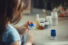 Pintura de la muchacha en el huevo de Pascua Foto de archivo libre de regalías
