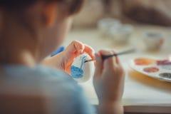 Pintura de la muchacha en el huevo de Pascua Foto de archivo