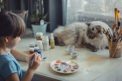 Pintura de la muchacha en el huevo de Pascua Fotos de archivo