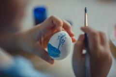 Pintura de la muchacha en el huevo de Pascua Fotos de archivo libres de regalías