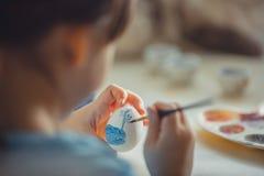 Pintura de la muchacha en el huevo de Pascua Imagen de archivo libre de regalías