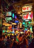 Pintura de la muchedumbre de gente en calle de la noche stock de ilustración