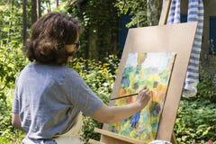Pintura de la mujer con el cepillo de pintura Fotos de archivo libres de regalías