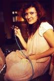 Pintura de la mujer joven con el equipo del aerógrafo Imágenes de archivo libres de regalías