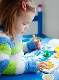 Pintura de la niña fotos de archivo