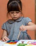 Pintura de la niña en la tabla dentro imágenes de archivo libres de regalías