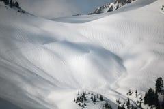Pintura de la nieve en las cuestas de montaña Fotografía de archivo libre de regalías