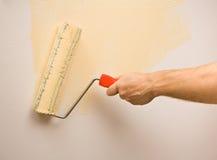 Pintura de la pared con el rodillo Imágenes de archivo libres de regalías